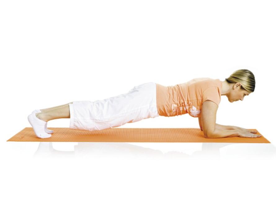 7. Punnerrus: Asetu etunojaan kyynärvarsien varaan, jalat suoriksi ojennettuina. Kohota vartalo irti alustasta. Pidä vatsa ja pakarat tiiviinä. Hengitä rauhallisesti ja pysy asennossa 10–30 sekuntia. Lepää ja toista.  Liike harjoittaa kaikkia keskivartalon lihaksia.