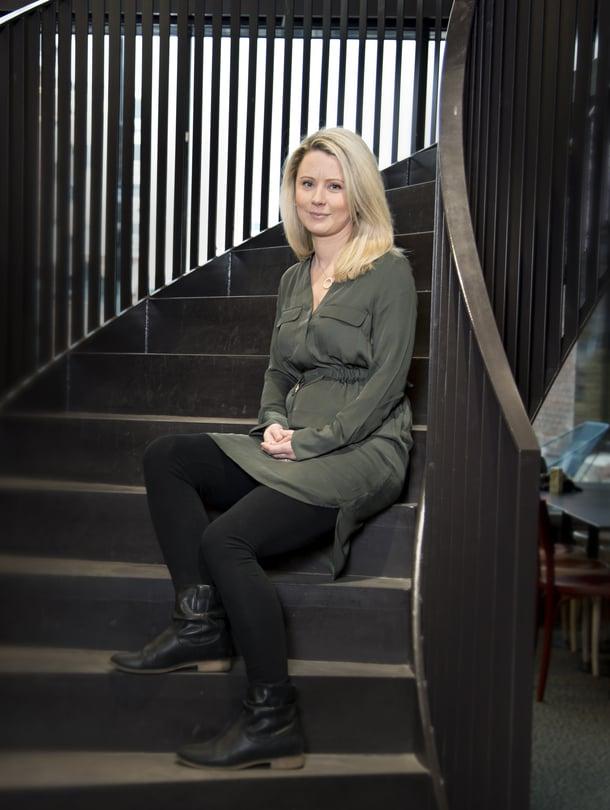 """Kati Hovikari ihmetteli, kun ei pystynyt nostamaan vastasyntynyttä vauvaansa sohvalta. Vatsalihasten erkauma todettiin vasta kaksi vuotta synnytyksen jälkeen, ja Kati sai selityksen sille, miksi oma keho tuntui vieraalta. Kuva: <span class=""""photographer"""">Ninna Lindström</span>"""