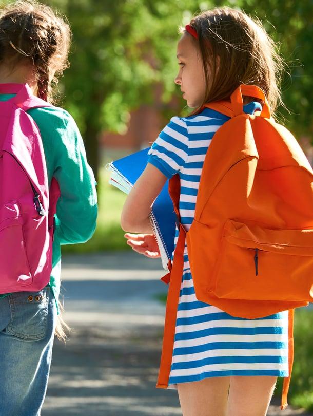 """Pienen koululaisen reppuun ei tarvitse mahtua suuria tavaramääriä. Sinne ei esimerkiksi kannata sulloa jumppavaatteita, vaan kuljettaa ne erikseen. Kuva: <span class=""""photographer"""">iStockPhoto</span>"""