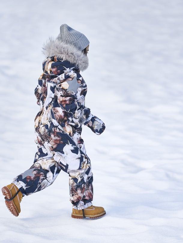 """Talvihaalarin käyttömukavuuteen vaikuttavat muun muassa kankaan vedenpitävyys ja hengittävyys sekä vetoketjujen tuulilistat. Kuva: <span class=""""photographer"""">Molo</span>"""