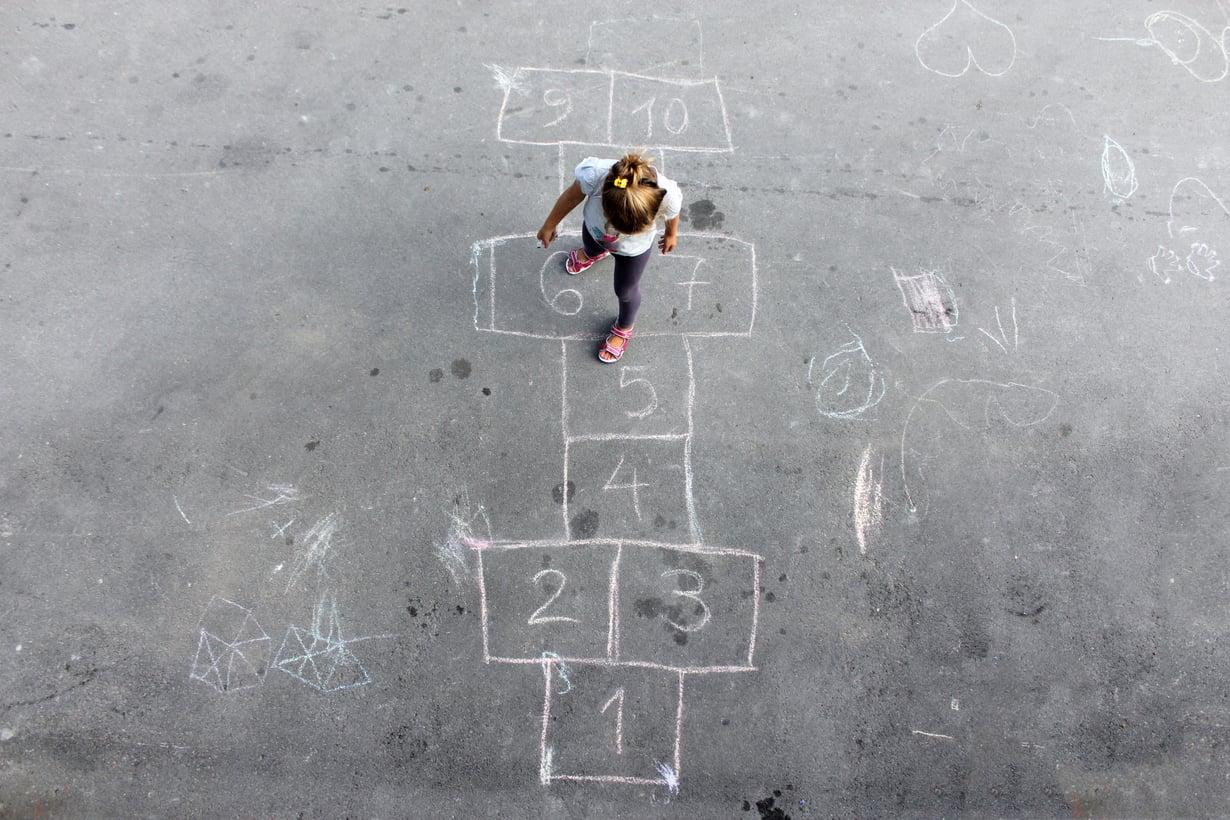 Välitunnilla voi kysyä vaikka välituntivalvojalta, kenen kanssa leikkiä, koululaiset kertovat. Kuva: iStockphoto