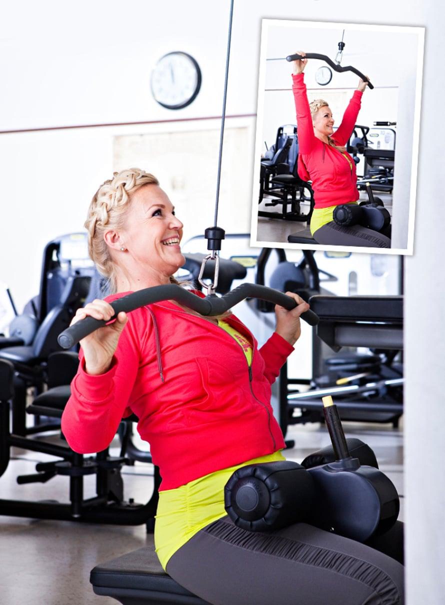 1. YLÄSELÄN LIHAKSET Ylätalja eteen: Laita leveä kahva kiinni laitteeseen. Nojaa selkä suorana hieman taakse ja vedä tanko rintaan painamalla ensin hartiat ja lavat alas. Päästä rauhallisesti takaisin ylös hyvään venytykseen. Muista: Laita polvituki riittävän tiukalle ja istu mahdollisimman lähellä tukea. Pidä pieni takanoja, selkä suorana. Kokeile! Liikkeen voi tehdä myös lapiokahvalla tai kapealla kahvalla.