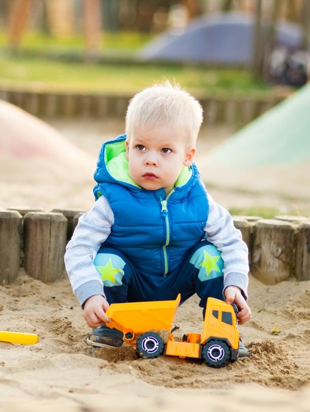 """Jos taaperoiden tunteet kuumenevat hiekkalaatikolla, tarvitaan aikuisen väliintuloa. Kuva: <span class=""""photographer"""">Shutterstock.</span>"""