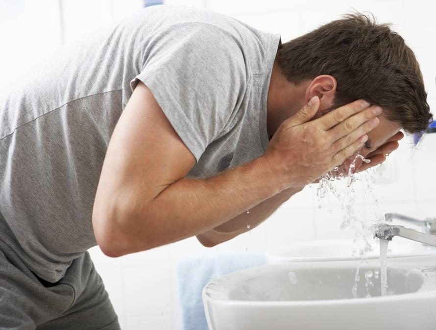 Kun kumarrut pesemään kasvojasi, kuvittele selän päälle harjanvarsi. Jos asentosi on väärä, selkä pyöristyy eikä keiipi pysy.