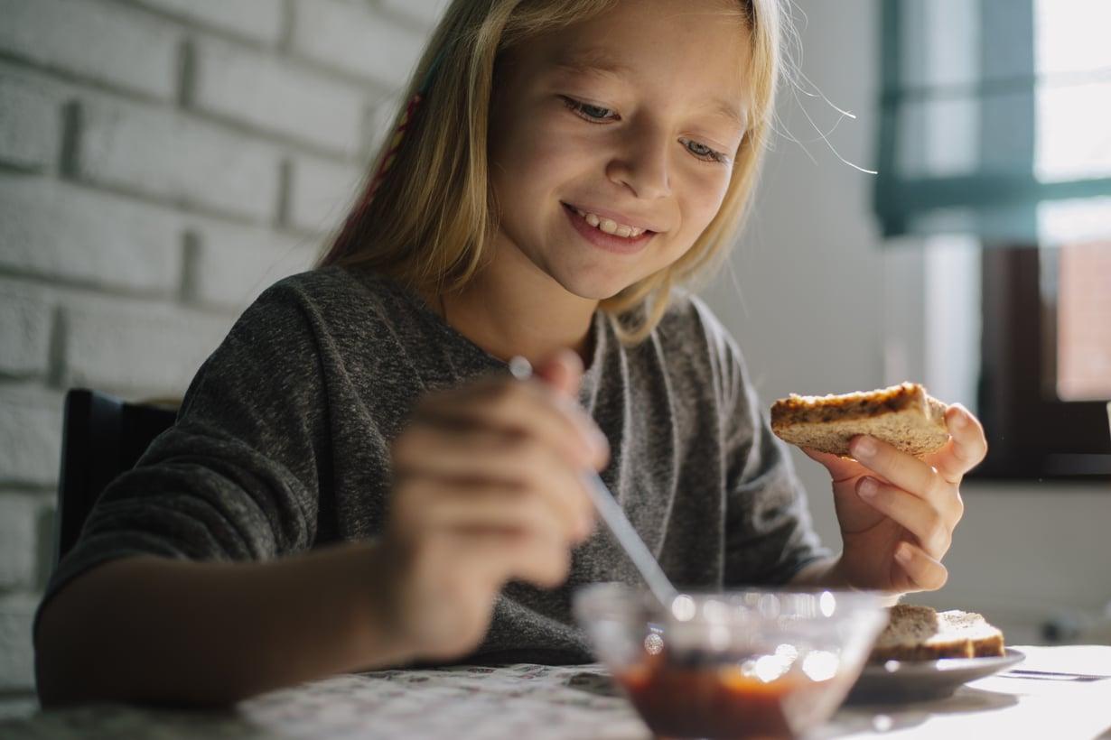 Koska syödään? Perheen yhteiset ruokailuhetket ovat hyvä tilaisuus pysähtyä arjen keskellä. Kuva: iStock