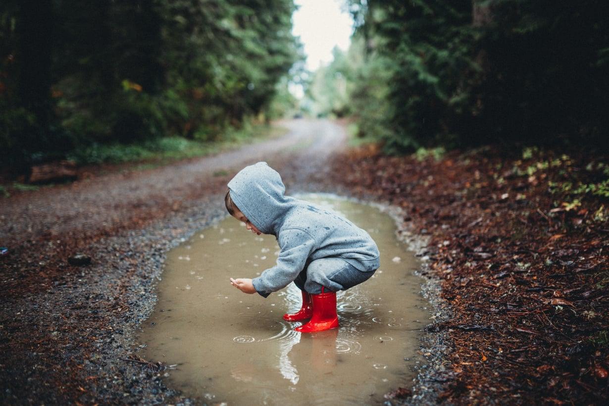 Taaperolla on usein huono hetki, kun pitäisi pukea kurikset. Mutta koskaan ei ole huono hetki tutkia lätäkköä. Kuva: iStockphoto