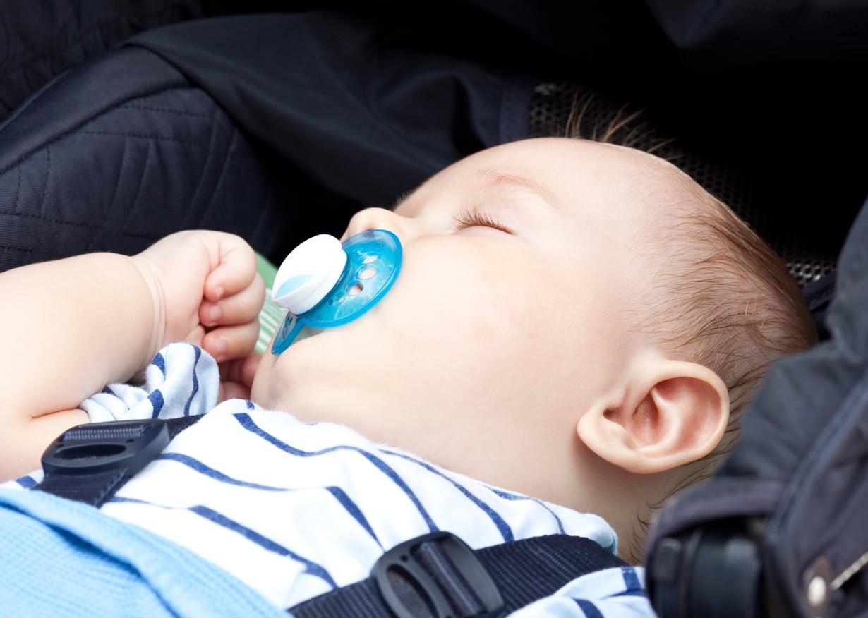 Kun vauva nukkuu vaunuissa, huolehdi että vaunukopan lämpötila ei kohoa liian kuumaksi. Kuva: iStockphoto