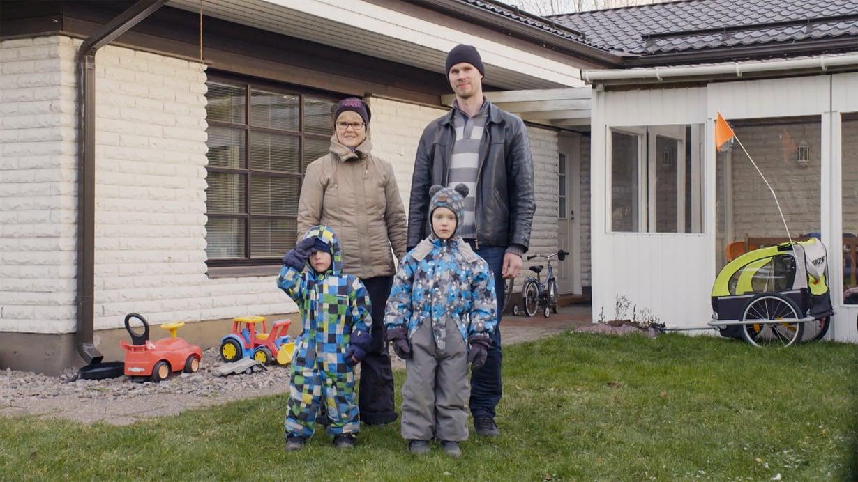 Suurosten perheen lapset Väinö ja Veikka ottavat yhteen useita kertoja päivässä. Kuva: AVA
