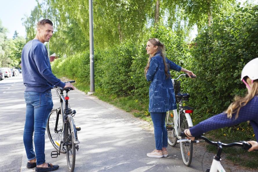 """Atte opetti Karoliinan tyttären pyöräilemään. """"Katselin sitä ikkunasta sydän pakahtuen"""", Karoliina sanoo. Kuva: Riina Peuhu"""