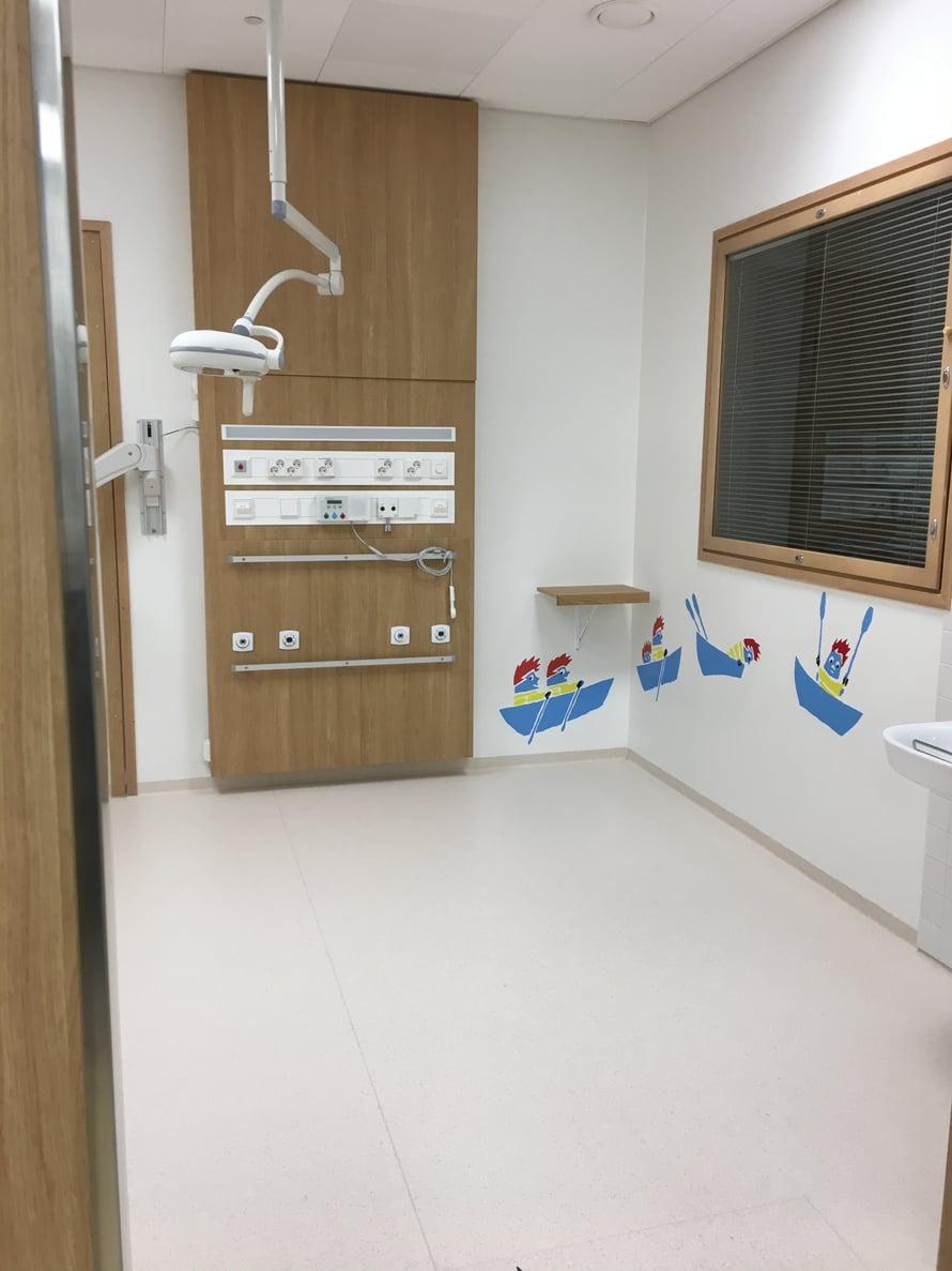 Päivystyksen seurantahuoneissa annetaan esimerkiksi nesteytyshoitoa vatsataudin sitä vaatiessa. Myös tänne vanhempi voi jäädä lapsensa kanssa.