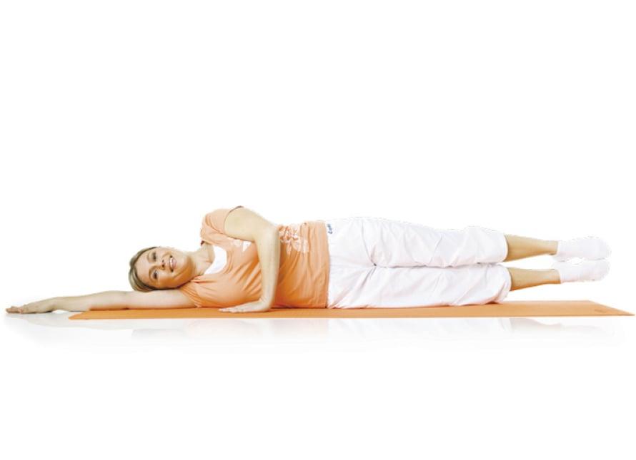 6. Kyljen pito: Ole kylkimakuulla toinen käsi pään alla, toinen tukena vartalon edessä. Vatsa pysyy tiiviinä ja hartiat alhaalla. Alemman kyljen ja alustan välissä on hiiren mentävä kolo. Hengitä ulos. Paina alempaa jalkaa alustaa vasten, venytä päällimmäistä pitkälle alemman ohi. Nosta päällimmäinen jalka lantion korkeudelle ja nosta alempi sen viereen. Hengitä sisään ja laske jalat yhteen puristettuina alas. Pidä alavatsa koko ajan tiiviinä, kylki irti maasta ja hartiat alhaalla. Toista 5–10 kertaa.  Liike harjoittaa vinoja vatsalihaksia ja syvää poikittaista vatsalihasta.