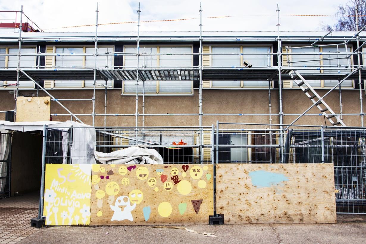 Vartiokylän ala-aste on yksi monista kouluista, joita on jouduttu korjailemaan sisäilmaongelmien takia useampaan otteeseen. Kattoa korjattiin 2016. Kuva: Sara Aaltio