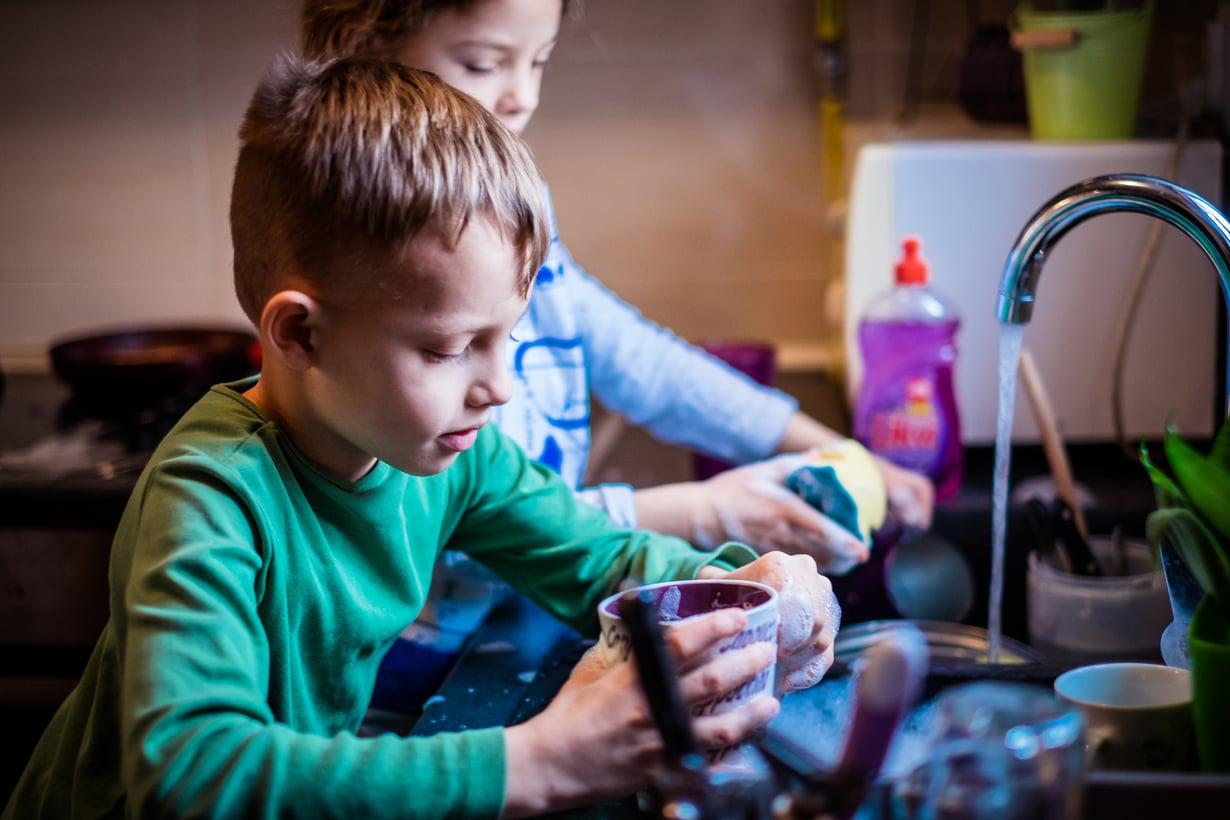 Miksi pojilta odotetaan vähemmän osallistumista kotitöihin? Kuva: iStockphoto