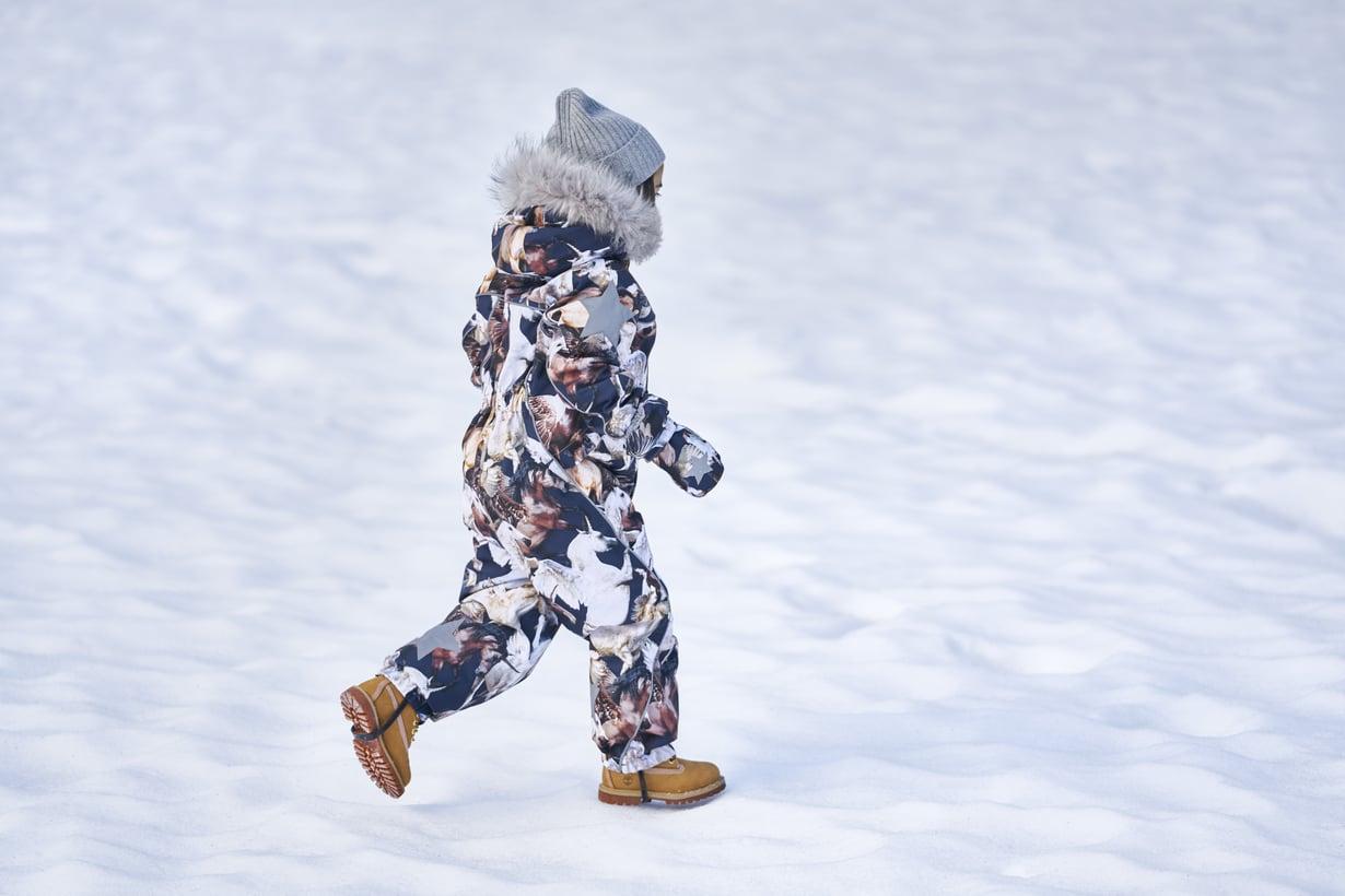 Talvihaalarin käyttömukavuuteen vaikuttavat muun muassa kankaan vedenpitävyys ja hengittävyys sekä vetoketjujen tuulilistat. Kuva: Molo