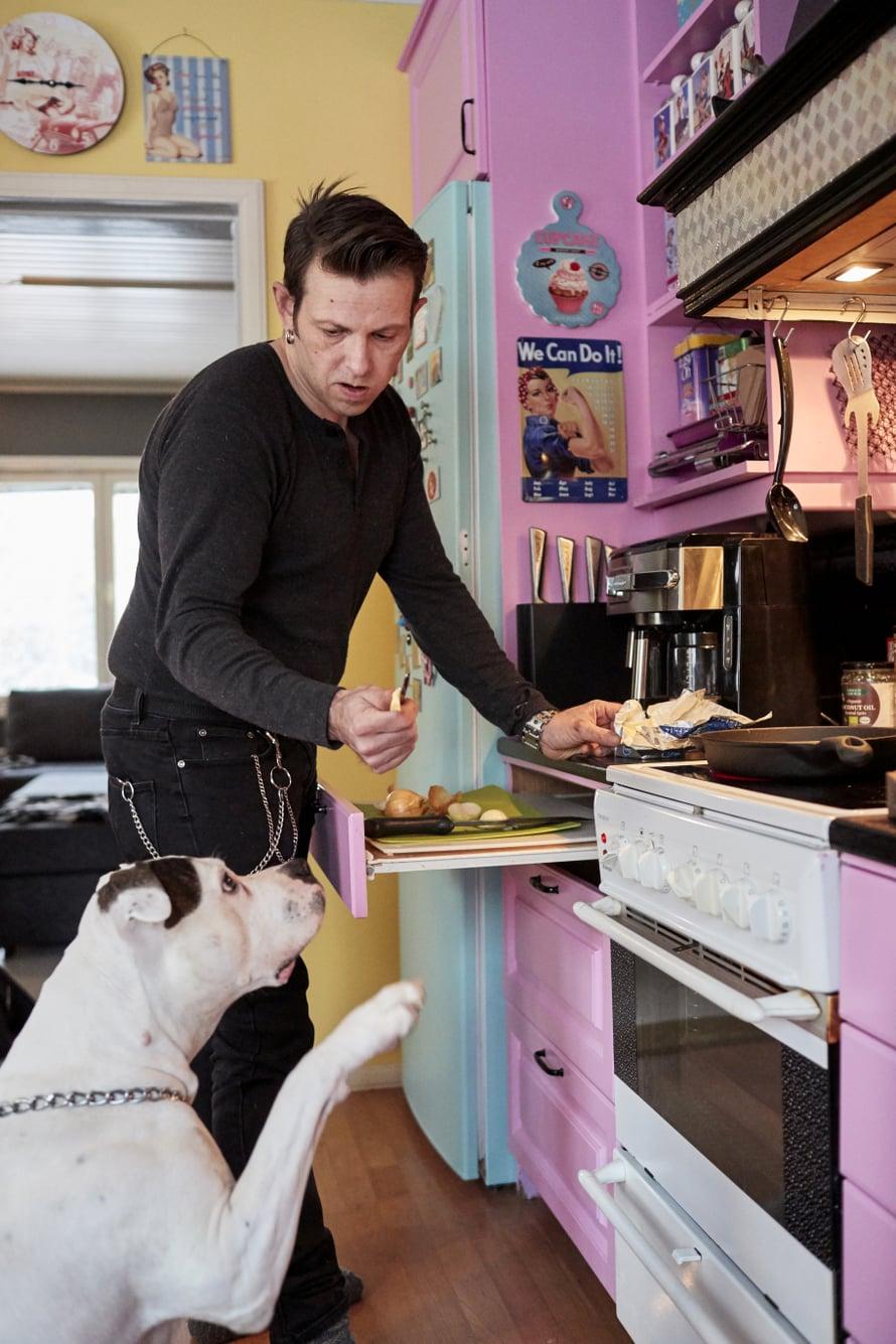 """Lavikaisen perheeseen kuuluu myös amerikanbulldoggi Anita. Kuva: <span class=""""photographer"""">Tuomas Kolehmainen</span>"""