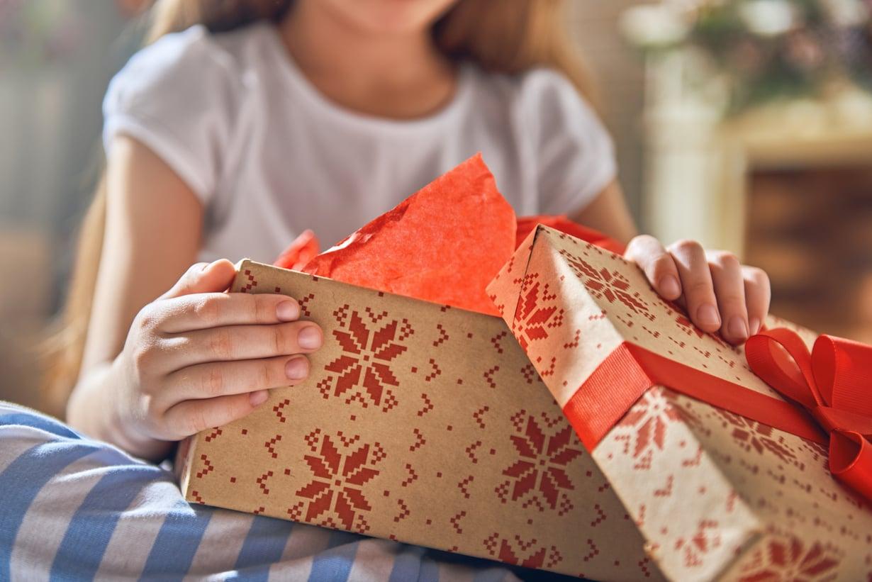 Tänä vuonna teinin paketista voisi löytyä vaikkapa pehmeä aamutakki tai pörrösukat. Kuva: iStockphotos