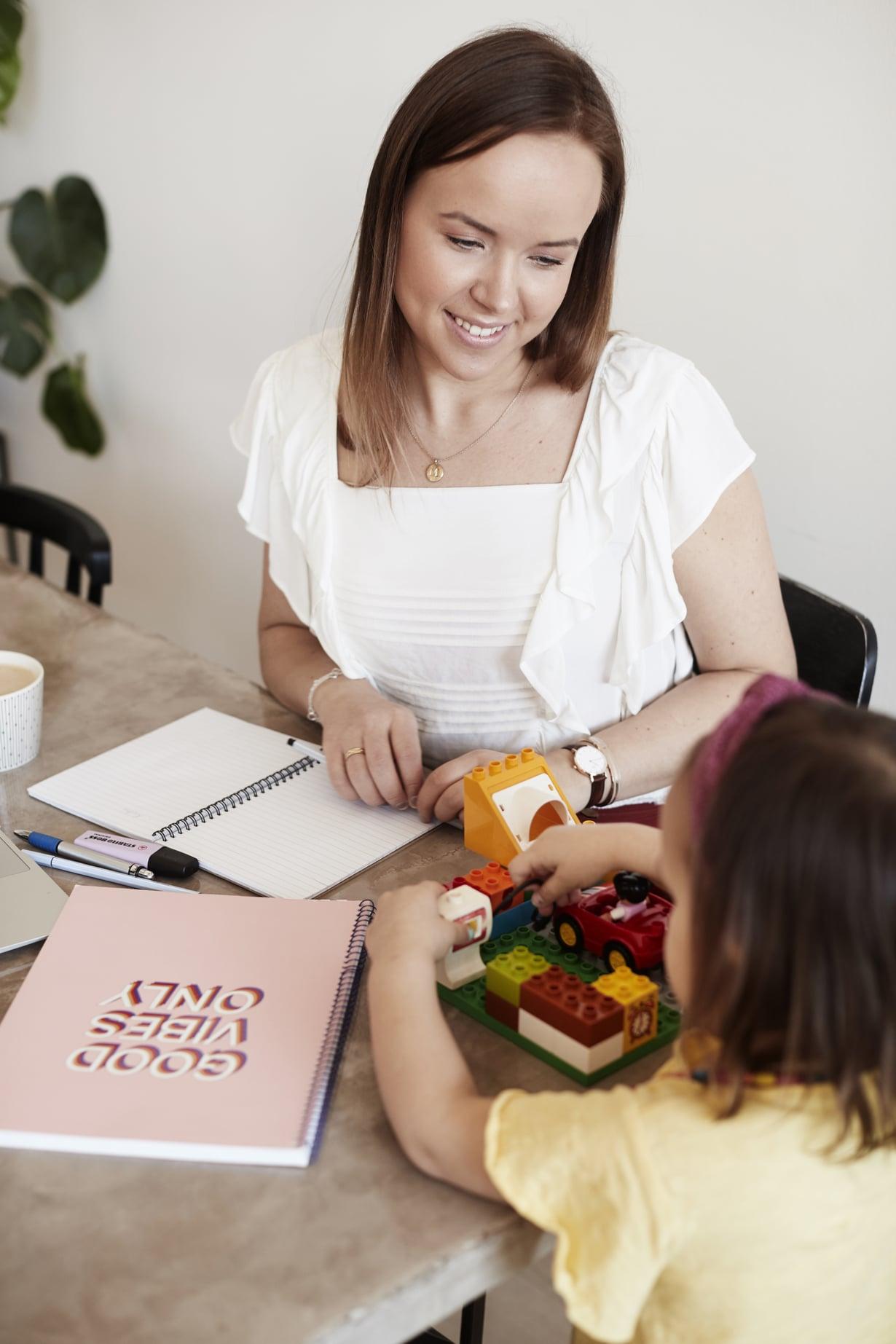 """Sara tiesi jo nuorena haluavansa äidiksi. """"Poden aina kroonista vauvakuumetta, mutta juuri nyt perheellämme on hyvä olla nelistään. Emme ole halunneet määritellä lapsilukua vielä tarkemmin."""""""