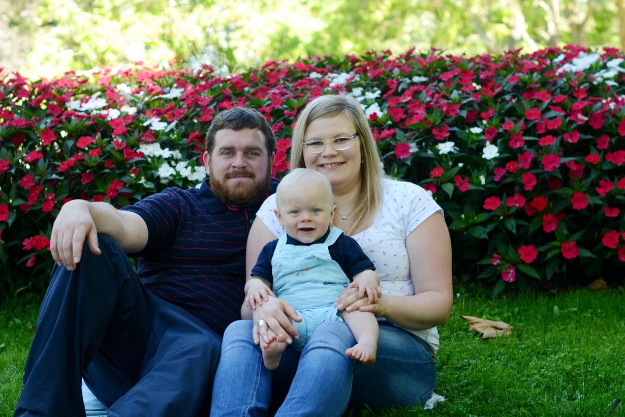 Suomalainen Larissa asuu perheensä kanssa Ranskan Yonnessa. Elias-poika on kuvassa kymmenen kuukauden ikäinen ja käynyt yli puoli vuotta perhepäivähoitajalla. Kuva: Larissan kotialbumi