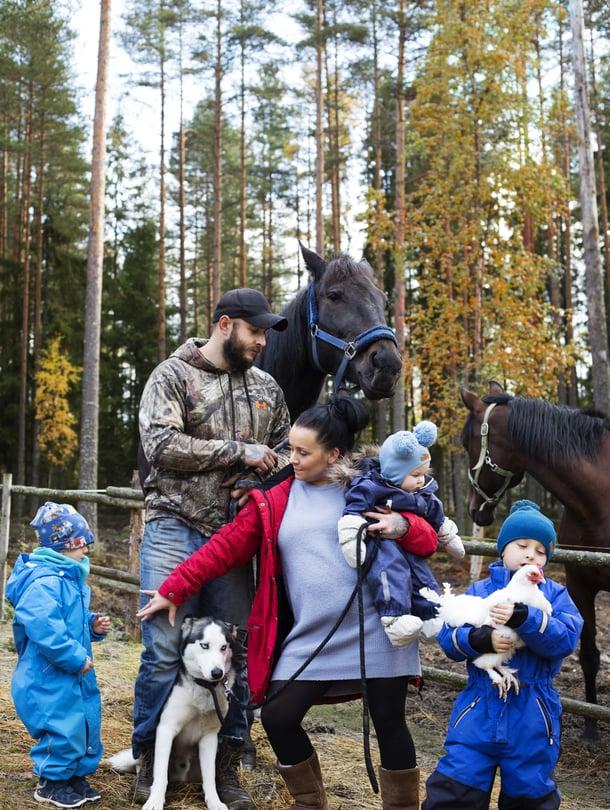 Kaikki järjestyy. Sam uskoo, että suunnittelemattomuus jättää tilaa lasten luovuudelle.  Hänen ja Tanjan perhearkeen kuuluvat kolmen lapsen lisäksi pariskunnan omistama kirpputori sekä eläimet: koira, hevoset, kissat ja kuusi kanaa.