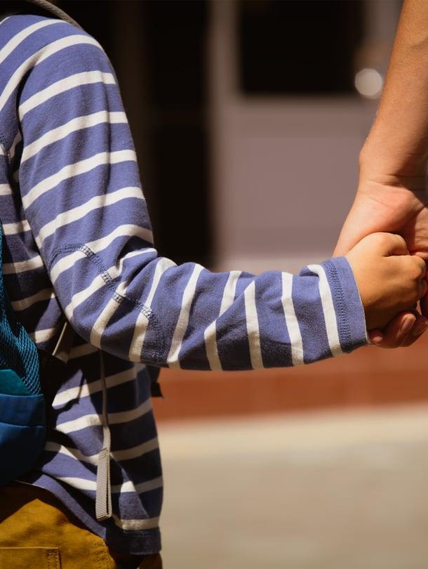 """Tsemppaa lasta koulun alkaessa ja kerro, että jännitys helpottaa ajan kanssa. Kuva: <span class=""""photographer"""">iStockphoto</span>"""
