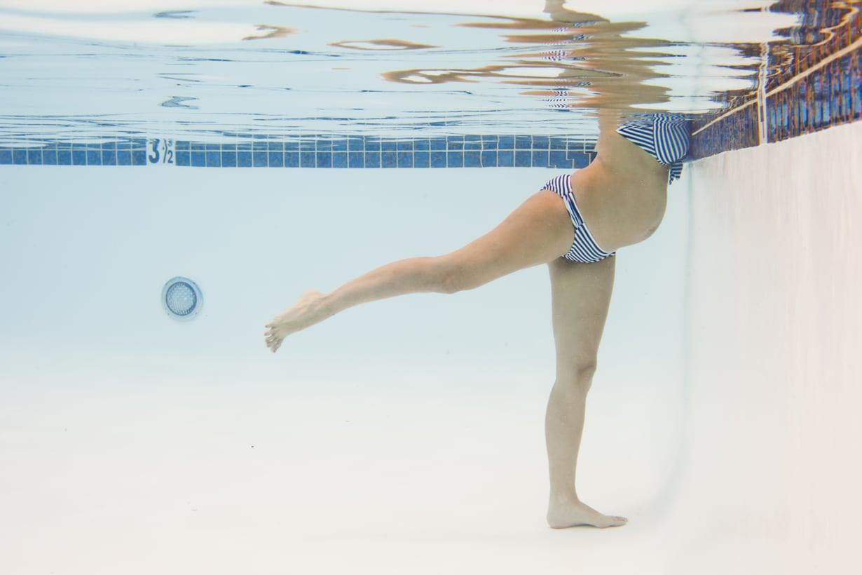 Yksi hyvä helleajan viilennyskeino on uiminen. Samalla voi tehdä vaikka vesijumppaa. Kuva: iStockphoto.