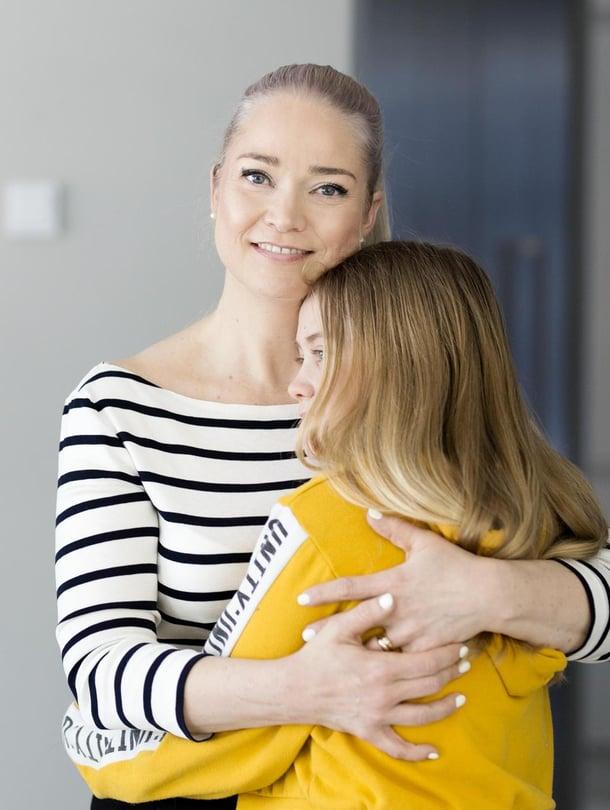 """Tähän saa tulla. Pippa Laukka sanoo, että syömishäiriö toi armollisuutta äitiyteen. """"Paranin, kun tulin äidiksi ja ymmärsin, että äitinä en voi koskaan olla täydellinen."""" Kuva: <span class=""""photographer"""">Heli Blåfield</span>"""