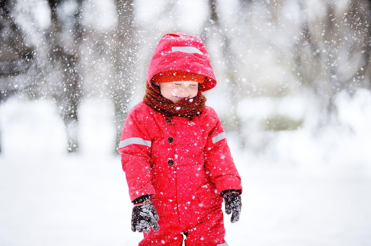 Jos lapsen niska on lämmin, päähine on säähän sopiva. Kuva: iStockphoto