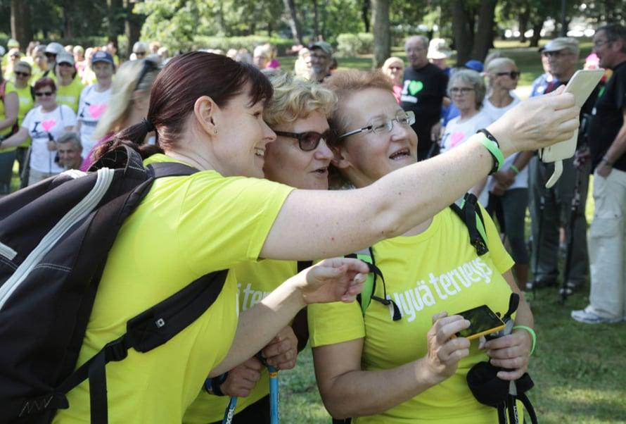 Ryhmäselfietä ottamassa Annika Varjoluoto, Riitta Varjoluoto ja Emilia Eskelilä.