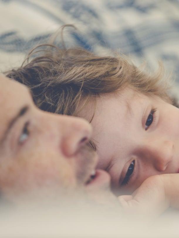 """Aamuhali tai iltahöpötykset ovat arjen rutiineita, joilla vanhempi vahvistaa suhdettaan lapseen. Kuva: <span class=""""photographer"""">iStockphoto.</span>"""
