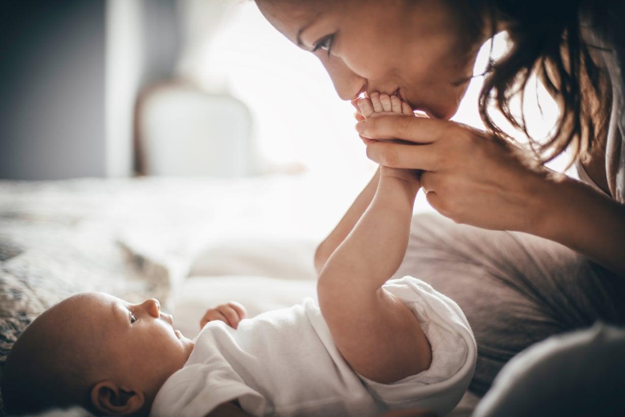 Lämmin vuorovaikutus vanhemman kanssa vaikuttaa vauvan sosiaaliseen kehitykseen. Kuva: iStockphoto