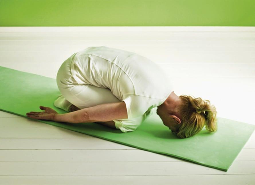 Selän rentoutus:  Tee selkäliikkeiden välissä aina rentoutusharjoitus. Istu polvi-istunnassa, paina otsa lattiaan ja kädet vartalon sivulle. Hengitä rauhallisesti. Anna selän rentoutua 1–3 minuuttia.