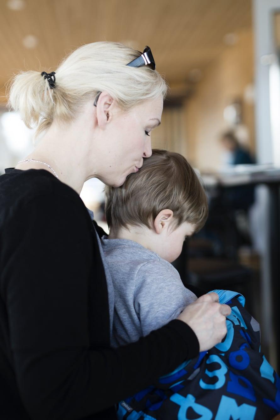 """""""Ennen lasten syntymää kävin läpi käytännön asioita kätilönä työskennelleen äitini kanssa. Muuten olen pohtinut äitiyttäni hyvin vähän"""", Johanna kertoo. Kuva: Heli Blåfield"""