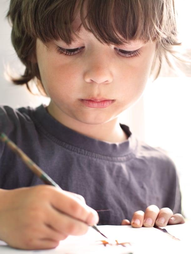 """Piirtäminen, maalaaminen, legoilla rakentelu... Lapsen hienomotorisia taitoja voi houkutella esiin monin eri keinoin. Kuva: <span class=""""photographer"""">Shutterstock.</span>"""