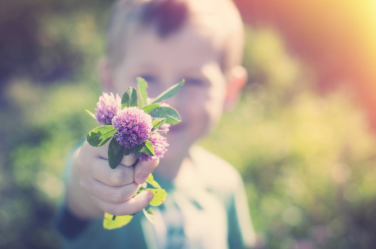 Paras tapa opettaa kiitollisuutta lapselle on olla itse kiitollinen, sanoo Kirsti Lonka. Kuva: iStockphoto