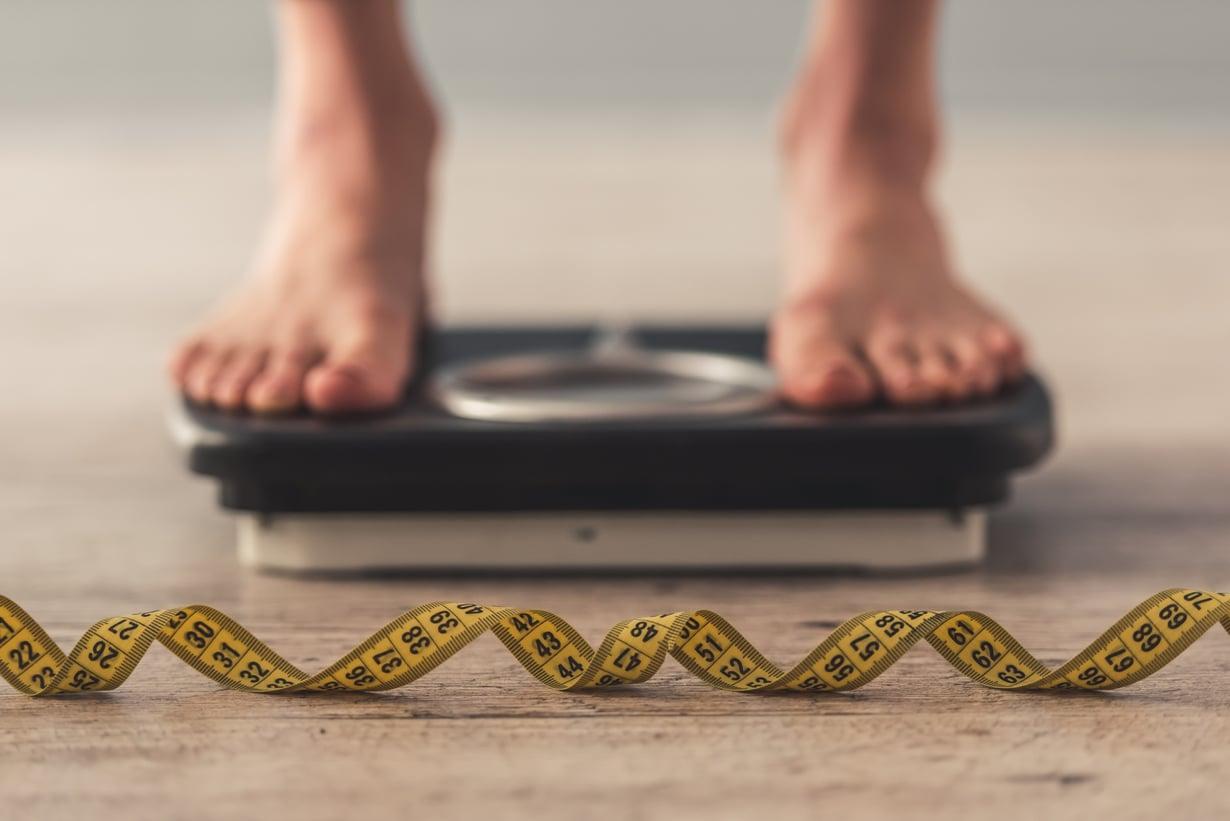Syömishäiriöt ovat tytöillä tavallisempia. Pojilla pakonomainen tarve kontrolloida kehoa voi näkyä esimerkiksi liian tiheinä punttisalitreeneinä. Kuva: iStockphoto