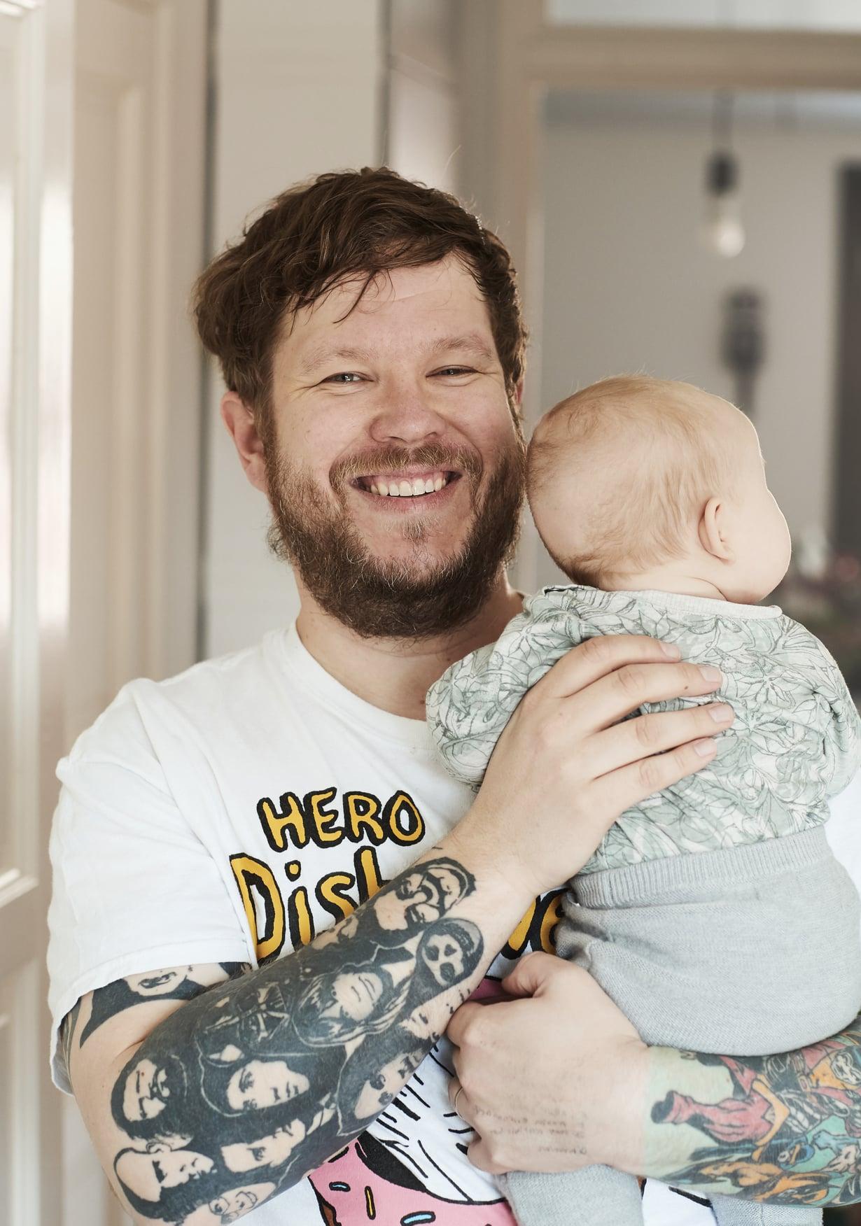 Jo esikoisen vauva-aikana Samae heräsi öisin syöttämään ja rauhoittelemaan vauvaa. Samalla hän katsoi NHL-otteluita.
