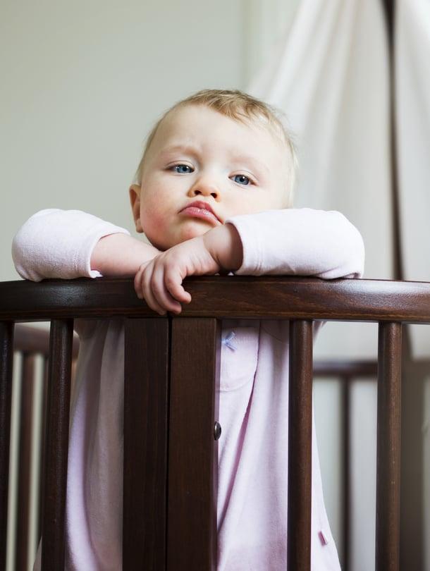 """Matleenan yöunet paranivat, kun vanhemmat kokeilivat tassuttelua. Siinä vauvan pieneen havahtumiseen ei reagoida liian herkästi, vaan vauva opetetaan nukahtamaan itse uudelleen. Kuva: <span class=""""photographer"""">Milka Alanen</span>"""