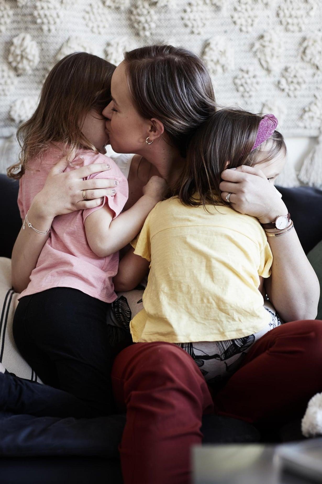 Äidin murut. Matildalla ja Mimosalla on ikäeroa vuosi ja yhdeksän kuukautta.
