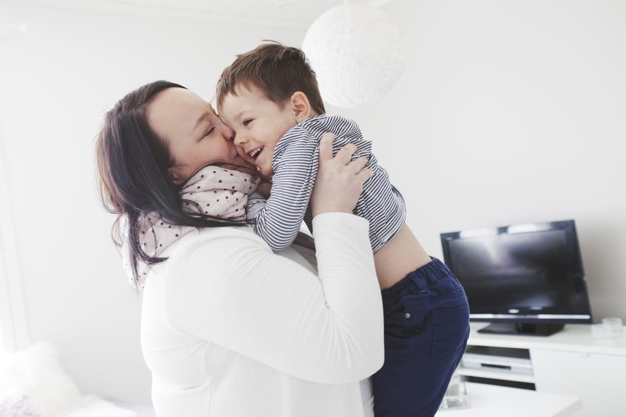 Äidin selkään ei saa hypätä, tietää 3-vuotias Lenni. Reuman takia Jonnan selkäranka ei liiku normaalisti.