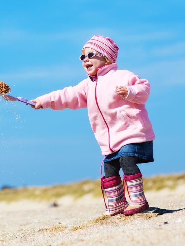 """Lapsen silmät ovat aikuisen silmiä herkemmät kirkkaalle kevätauringolle. Kuva: <span class=""""photographer"""">iStockphoto</span>"""