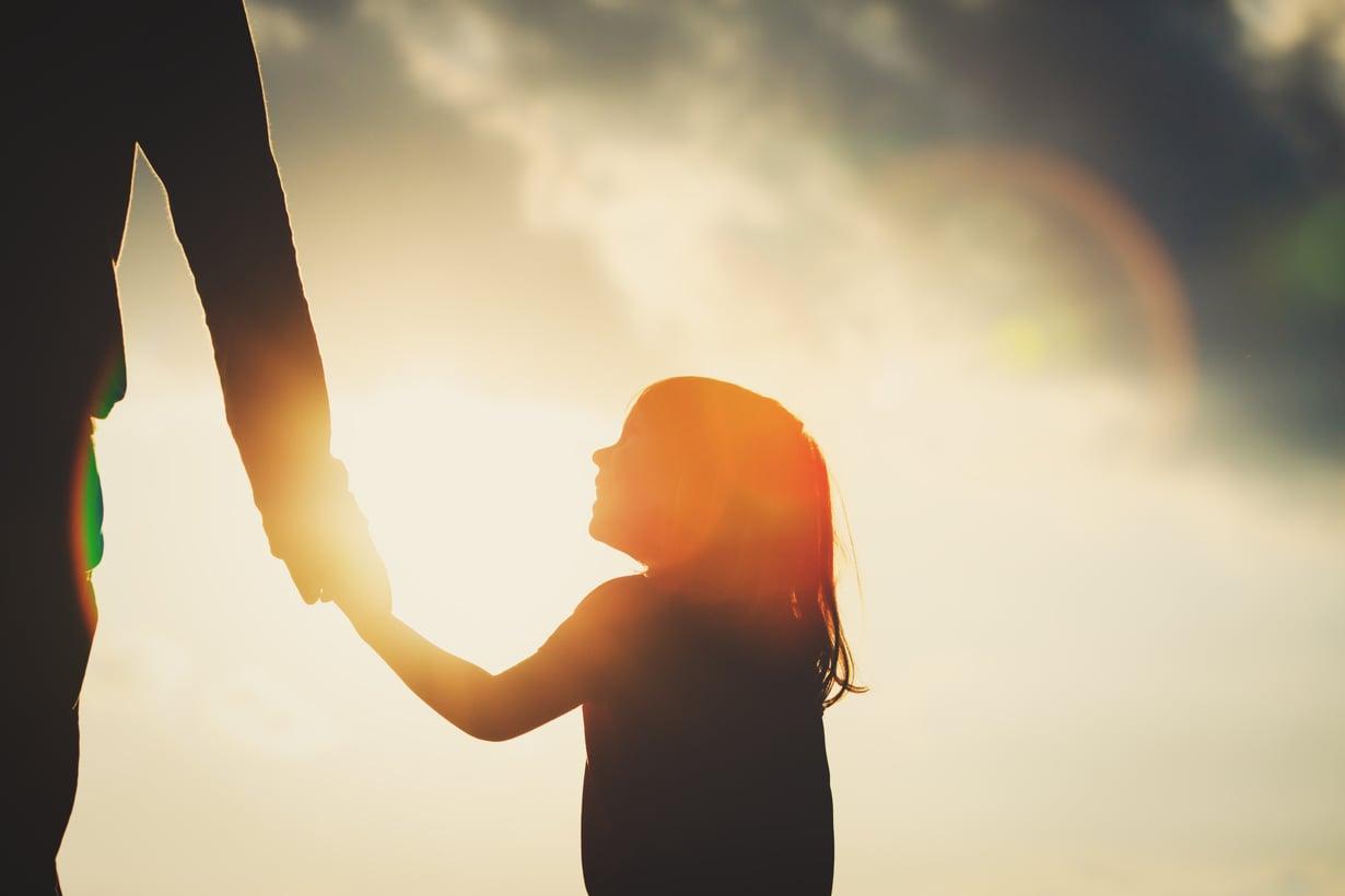Myös isän synnytyksen jälkeinen masennus on tärkeää tunnistaa, sillä se vaikuttaa erityisesti tyttöjen mielenterveyteen. Kuva: iStockphoto