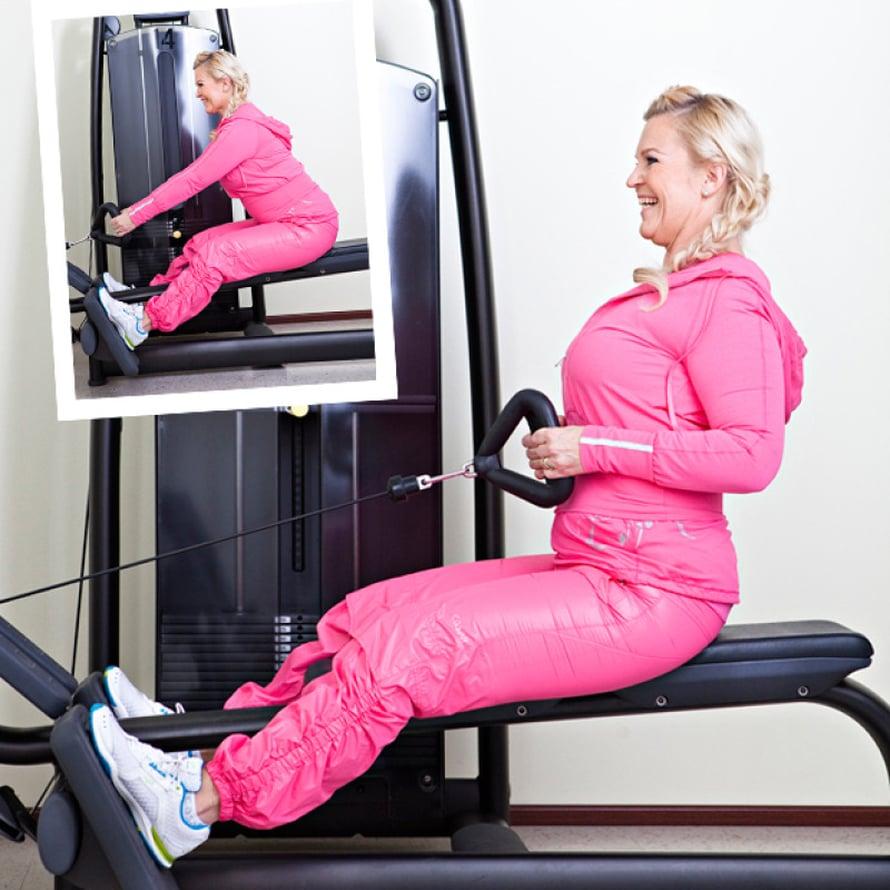 2. Yläselän lihakset Alasoutu: Ota kahvasta kiinni ja aseta jalat tukea vasten. Jätä jalat hieman koukkuun ja pidä selkä suorana. Vedä kahva rintaan, paina hartiat alas ja vedä lapaluut yhteen. Pyri pitämään selkä koko ajan melko suorassa. Työnnä rintaa kunnolla eteen.