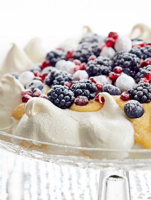 Pavlova on monen mielestä kakku ylitse muiden, pöydän kuningatar. Tuoreiden marjojen sijaan pinnalle sopivat paloitellut hedelmät tai koossa pysyvät pakastemarjat, kuten karpalot. Saat ihania lumikarpaloita, kun pyörittelet karpalot munanvalkuaisessa ja tomusokerissa.