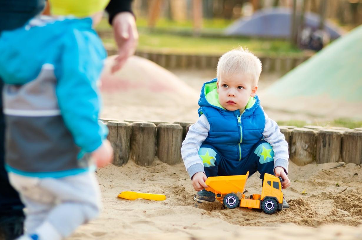 Jos taaperoiden tunteet kuumenevat hiekkalaatikolla, tarvitaan aikuisen väliintuloa. Kuva: Shutterstock.
