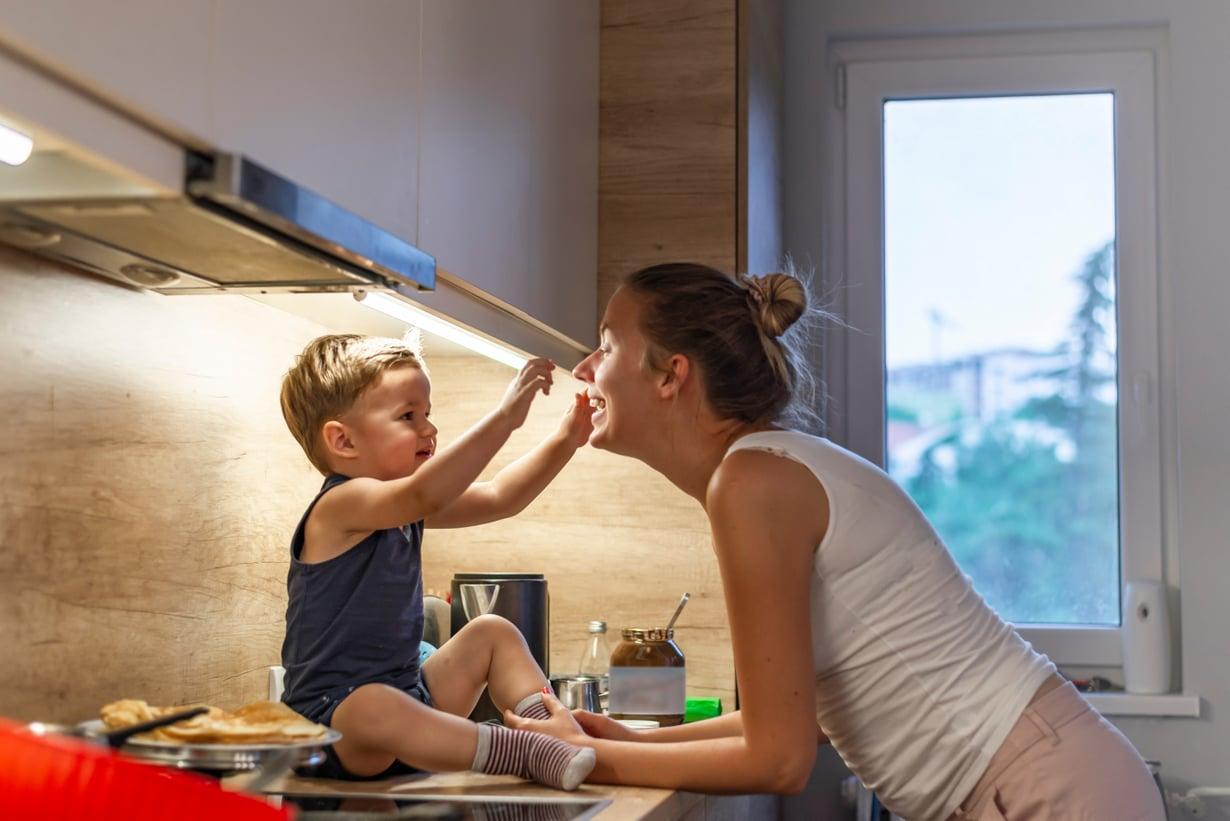 Uusi sukupolvi voi tuoda mukanaan muutoksen ilmastotalkoisiin – varsinkin, jos vanhempien ilmastoystävällinen elintapa periytyy lapselle.