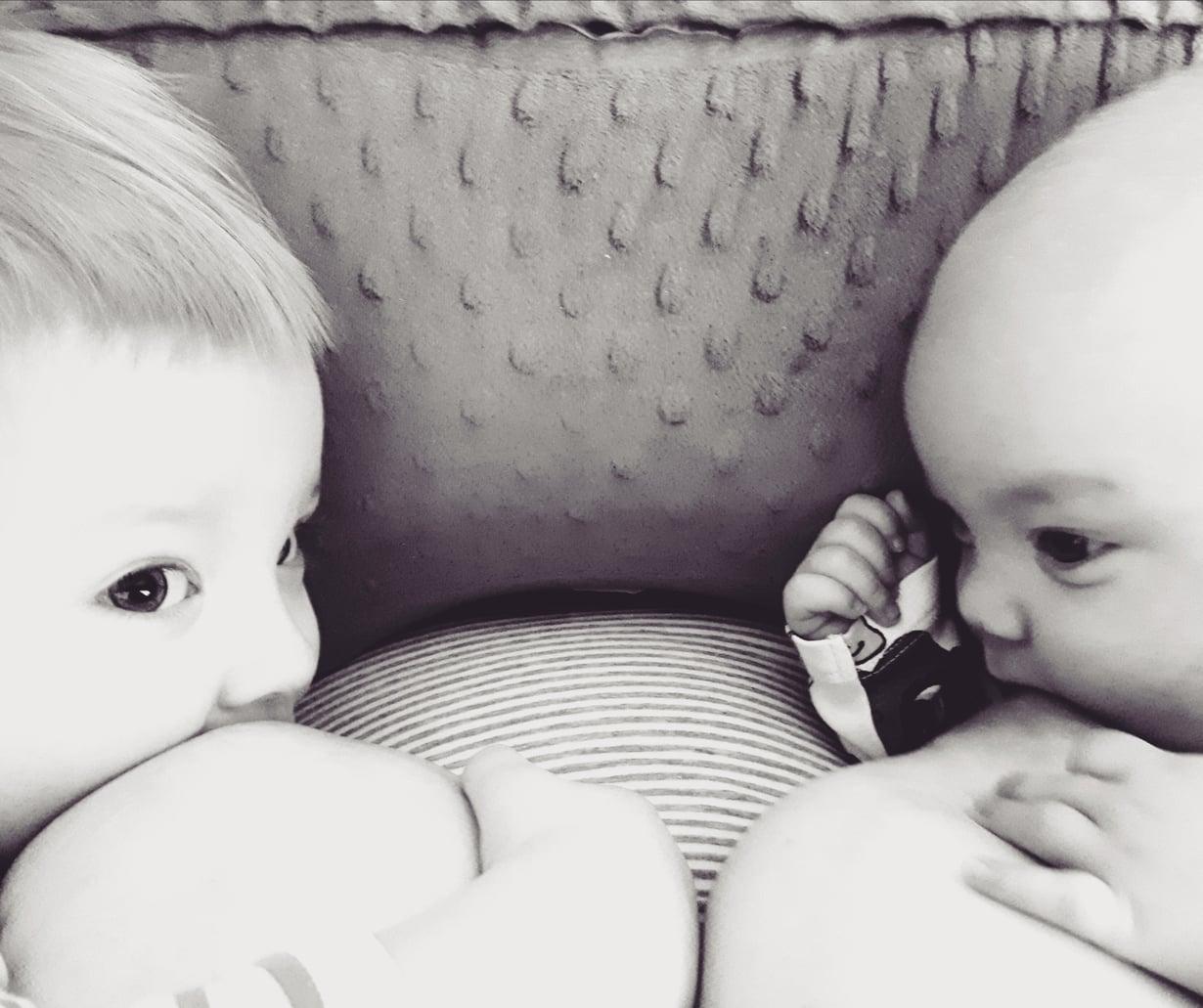 Tärkeä hetki yhdessä isoveljen kanssa – imetys on ravintoa ja läheisyyttä. Kuva: Lotta Leino
