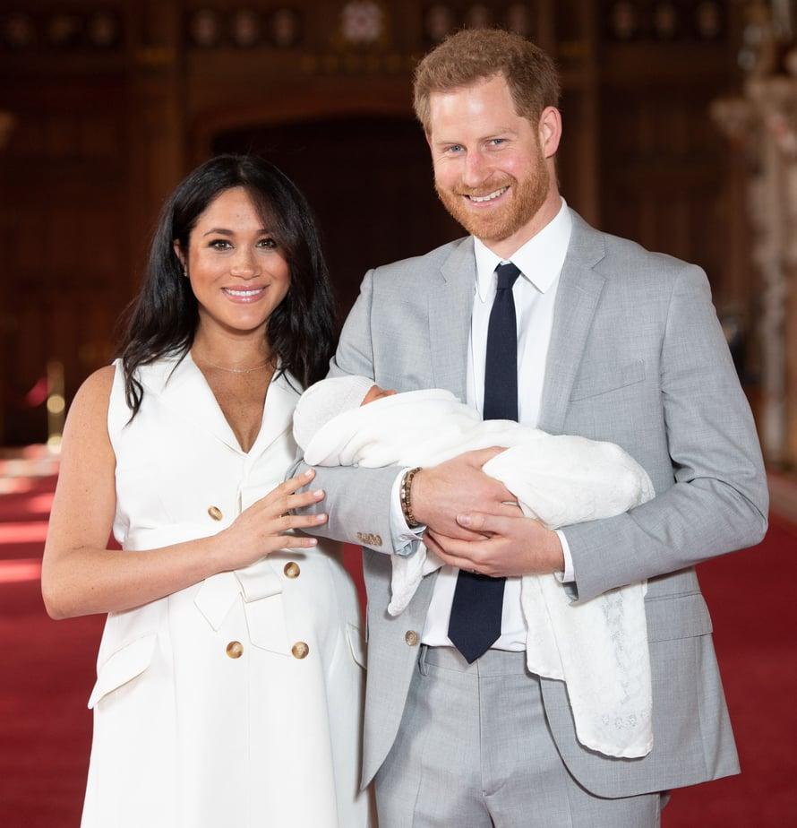 Onnesta hehkuvat vanhemmat Meghan ja Harry esittelivät maanantaina syntyneen pienokaisensa julkisuuteen eilen.