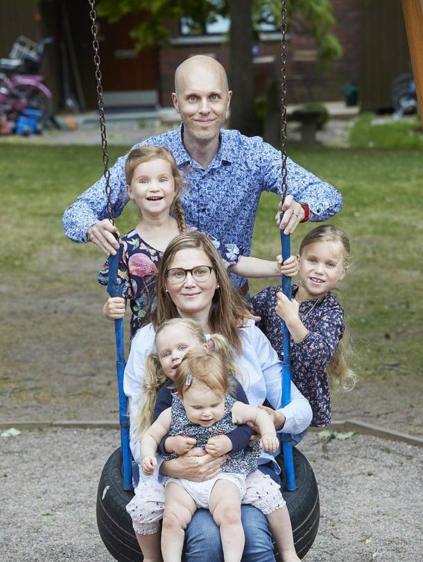 """Annika ja Peik ovat  kiitollisia perheestään.  – Tiedämme, että lapsilukua ei aina voi suunnitella. Kuva: <span class=""""photographer"""">Juha Salminen</span>"""