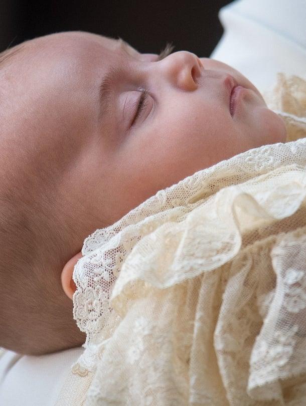 """Prinssi Louis nukkui äitinsä käsivarsilla perheen saapuessa St. Jamesin kappeliin. Kuva: <span class=""""photographer"""">MVPhotos</span>"""