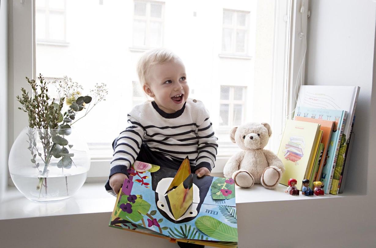Mummin kanssa. Lisäaikaa töille järjestyi, kun Monan äiti saapui Turusta Helsinkiin hoitamaan Lionelia.